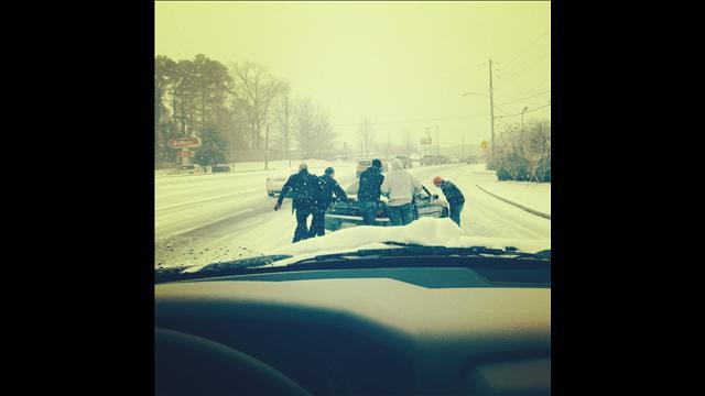 atlanta-snow-jam-pushing-cars-up-hills